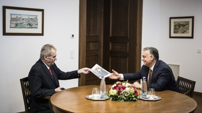 Megható ajándékot kapott egy régi baráttól Orbán Viktor – videó