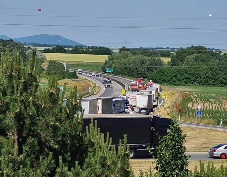 Tömegbaleset az R1-esen – egy 9 éves kislányt mentőhelikopter szállított el
