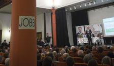 Több százan tüntettek a Jobbik fóruma ellen
