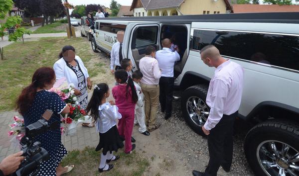 Mélyszegénység és üldöztetés: 13 méteres Hummer limuzinnal ballagott az óvodás purdé, házat kapott ajándékba
