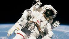 Meghalt az első asztronauta, aki biztosítókábel nélkül mozgott a világűrben