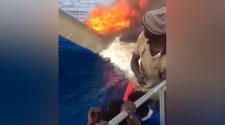 A líbiai parti őrség migránscsónakot égetett el