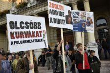 A kurvázó, tolvaj Borkai ellen tüntetett Győrben az ellenzéki massza