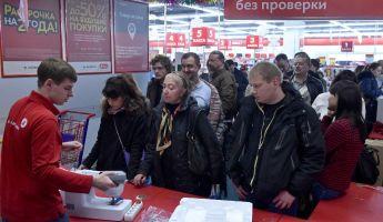 Megrohamozták a boltokat – nem lesz valutakorlátozás