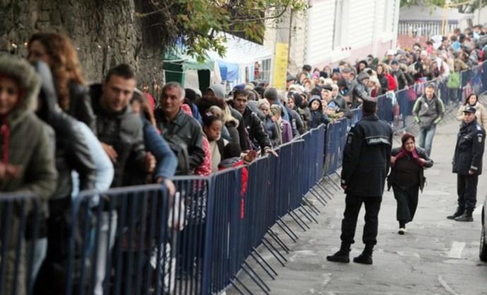 Kilométeres sorban állnak a románok, hogy megcsókolhassák egy magyar királylány ereklyéit