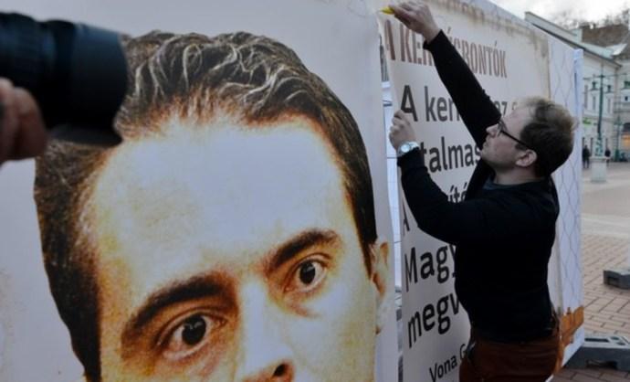 Kivágták a hazugságot a Fidelitas plakátjaiból, alig maradt valami