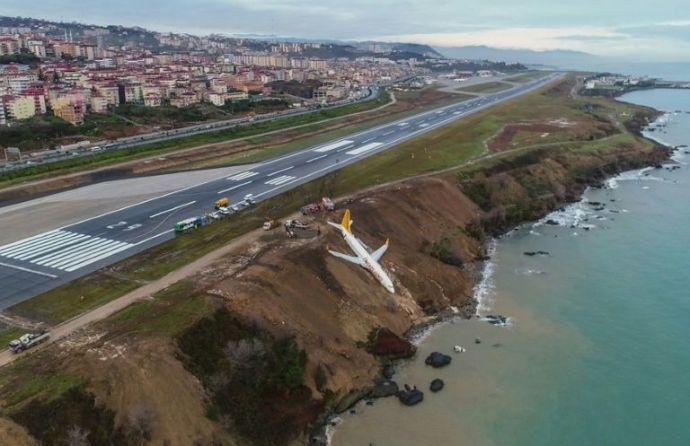 Kis híján katasztrófa: Méterekre állt meg a tengertől a török utasszállító repülőgép