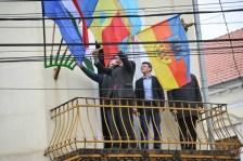 Kitûzte Erdély történelmi zászlaját Tõkés László nagyváradi irodájának erkélyére
