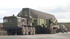 Hogyan töltenek be egy 50 tonnás ICBM nukleáris rakétát egy silóba? (videók)