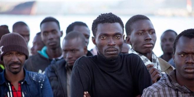 Afrikai migránsok menetelnek Velence felé