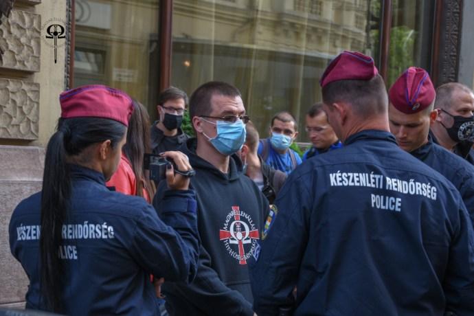 Jogellenes rendőri fellépés, vegzálás és lefoglalás a kegyeleti megemlékezésen
