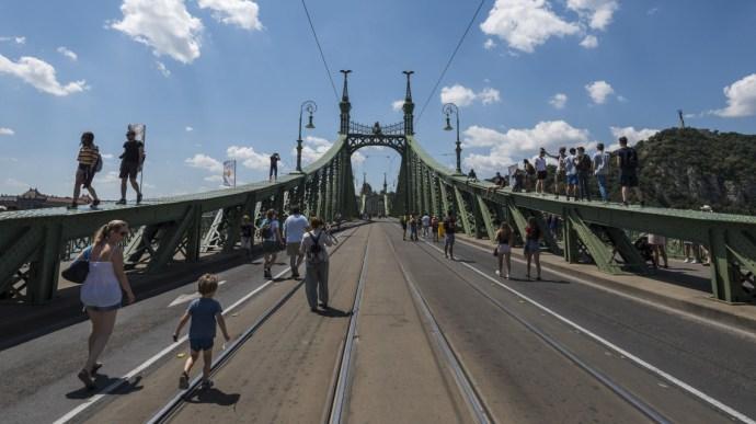 Ilyet még biztosan nem látott a Szabadság híd – de a fővárosiak sem