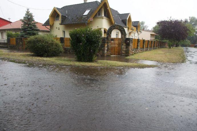 Valóságos árvíz öntött el Balaton-parti településeket