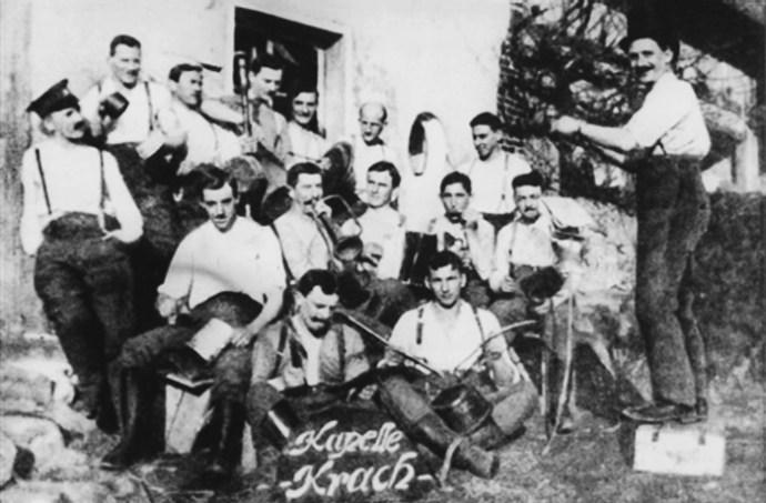 Adolf Hitler (balszélen) első világháborús bajtársaival a franciaországi Hantay térségében (1917 április)