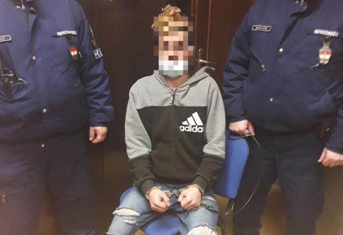Ágyában támadt egy fogyatékkal élőre a hajléktalan Minecraft-fiatal, ökölt, sálat és kést is bevetett
