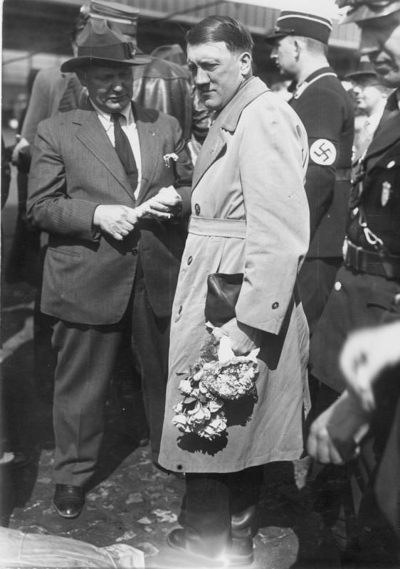Hermann Göring és Adolf Hitler a választási kampány idején a berlini Tempelhof repülőtéren (1932. április 3.)