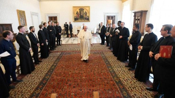 Ferenc pápa a francia papi kollégiumhoz: Birkaszagú pásztorok kellenek, nem pedig szuperpapok