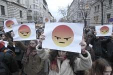 Több ezer diák tüntet a Kossuth téren, szülők és tanárok is csatlakoztak hozzájuk