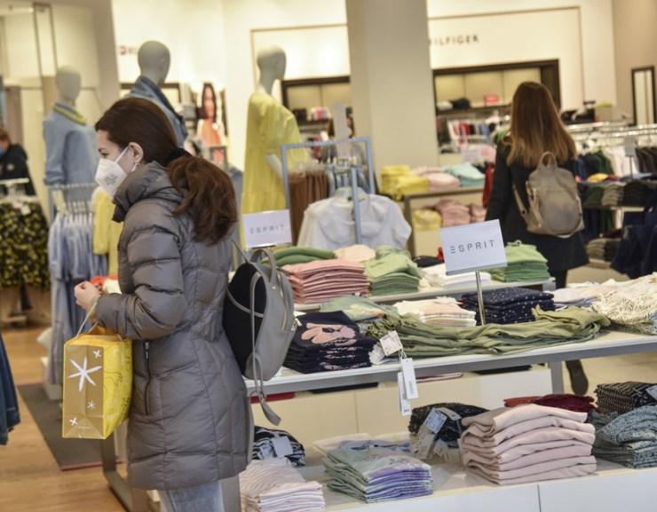 Hétfőtől a sárga és zöld járásokban megszűnik a négyzetméter szerinti korlátozás az üzletekben
