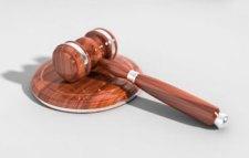 Már a törvényszékek is a devizahitelesek mellé álltak: nem engedik elárvereztetni az adósok ingatlanjait