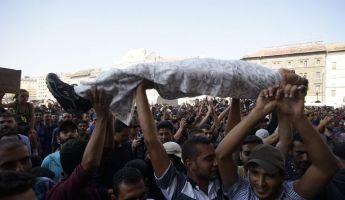 """""""Kitörtek"""" az aluljáróból a menekültek, közbelépett a rendőrség"""