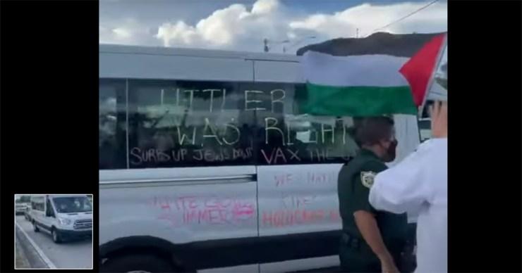 """""""Hitlernek igaza volt"""" feliratú kisbusszal üdvözölték az Izrael mellett tüntető zsidókat Floridában"""
