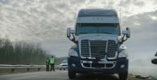 VIDEÓ: Ezért ne fékezzen egy kamion előtt