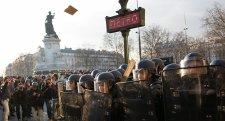 """Óriási tüntetések Párizsban: """"Véged van, Macron!"""""""