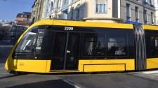 Sokkoló videó, így kapta el a villamos a Citroënt reggel a Döbrentei téren