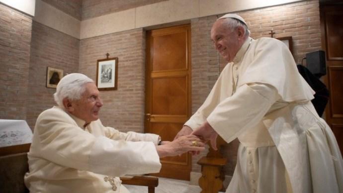 Ferenc pápa és XVI. Benedek emeritus pápa megkapta a koronavírus elleni oltást