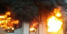 Hatalmas tűz tombol Nagyszombatban. Kigyulladt egy vegyszereket tároló raktár