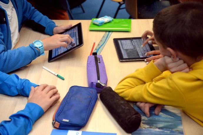 Egészségügyi problémákat okoz a gyerekeknek az okostelefon