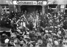 """Adolf Hitler lép elő a """"Deutschen Tag"""" alkalmából a bajorországi Fürthben tartott beszéde után (1925. szeptember 26.)"""