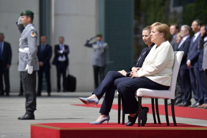 Merkel ült a himnusz alatt, mint a moziban
