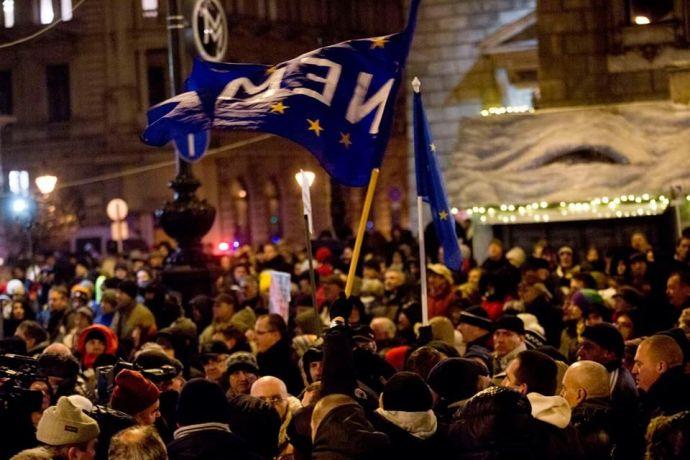 Himnuszéneklés közben ütötték a habzó szájú Lenin-fiúk az eltérő véleményen lévőket az álcivil tüntetésen