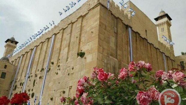 Zsidó telepesek provokatív módon felhúzták az izraeli zászlót a Hebronban