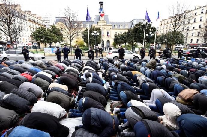 Utcán imádkozó muszlimok körül áll a bál Franciaországban