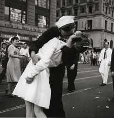 Most halt meg a matróz erről a klasszikus világháborús fotóról