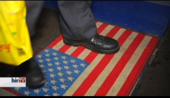 Amerikai zászlót mintázó lábtörlővel tiltakoznak