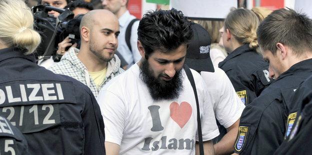 Már a rendőröket is fenyegetik Mohamedék a megszállt Németországban – egyiküknek menekülnie kellett