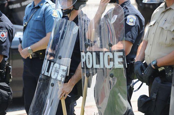 Megdobálták a rendőröket, lőfegyver is dördült