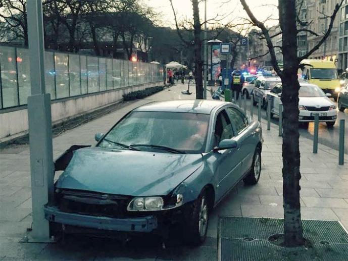 Jogosítvány nélkül, lopott autóval tarolta a gyalogosokat a járdán egy fiatal nő a fővárosban