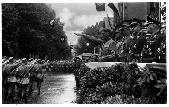 Adolf Hitler a vesztfáliai SA-rohamosztagosok felvonulását köszönti Dortmunban (1933. július 29.)