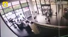 VIDEÓ: Elvitte egy tesztkörre a BMW-t, az ajtón át hozta vissza