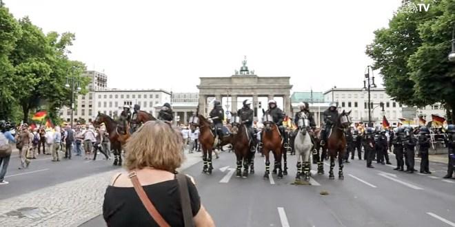Ködszurkáló: Soha többé Németországot! – skandálták az ellentüntetők a német Békemeneten