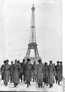 Adolf Hitler és küldöttsége megtekinti a párizsi Eiffel tornyot Franciaország térdre kényszerítése után (1940. június 23.)