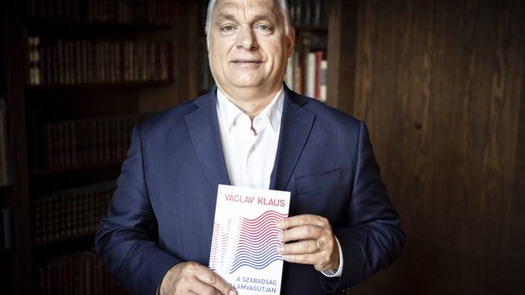 """Orbán Viktor bement a """"szelfigyárba"""""""