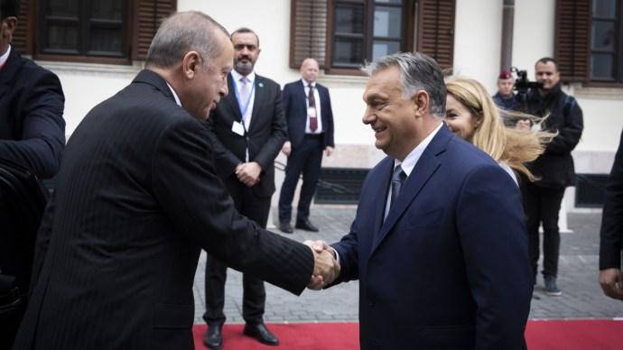 Megérkezett a török elnök átrobogott Budapesten és megérkezett a budai Várba – galéria