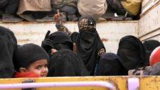 Az amerikai hadsereg Irakba szállítja át terroristák családjait Szíriából