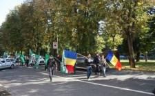 """""""Székelyföld nem létezik!"""" – A """"románok 13 gyilkosa"""" ellen tüntettek bocskorék Aradon"""